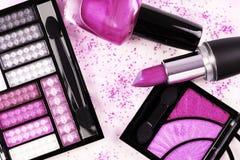 Productos de maquillaje en rosa Foto de archivo