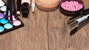 Productos de maquillaje en superficie de madera con el espacio de la copia Fotos de archivo