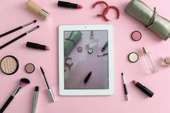 Productos de maquillaje para la mujer y la tableta Imagen de archivo libre de regalías