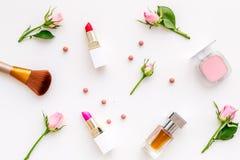 Productos de maquillaje para las chicas jóvenes Composición con los cosméticos con tonos color de rosa Barra de labios, bulto, so fotos de archivo libres de regalías