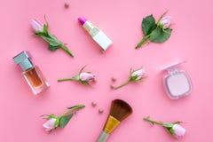 Productos de maquillaje para las chicas jóvenes Composición con los cosméticos con tonos color de rosa Barra de labios, bulto, so fotos de archivo