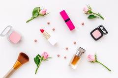 Productos de maquillaje para las chicas jóvenes Composición con los cosméticos con tonos color de rosa Barra de labios, bulto, so imágenes de archivo libres de regalías
