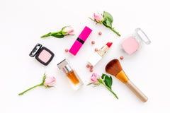 Productos de maquillaje para las chicas jóvenes Composición con los cosméticos con tonos color de rosa Barra de labios, bulto, so imagen de archivo libre de regalías