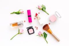 Productos de maquillaje para las chicas jóvenes Composición con los cosméticos con tonos color de rosa Barra de labios, bulto, so foto de archivo libre de regalías