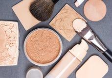 Productos de maquillaje y tono de piel de los accesorios incluso hacia fuera y comple imagen de archivo