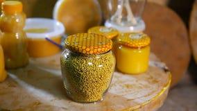 Productos de sustentos de abejas Productos de la apicultura almacen de metraje de vídeo