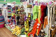 Productos del animal doméstico en un supermercado del animal doméstico Imagen de archivo libre de regalías