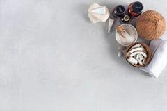 Productos del balneario y del masaje con el coco imagen de archivo