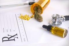 Productos del cáñamo, píldoras y aceite clasificados del cbd sobre presc médico foto de archivo libre de regalías