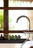 Productos del cuidado del pelo y de la carrocería en cuarto de baño Imágenes de archivo libres de regalías