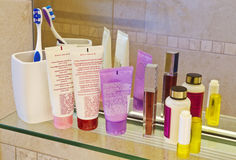 Productos del cuidado personal en un cuarto del baño imagen de archivo