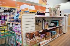Productos del gato en un supermercado del animal doméstico Fotos de archivo
