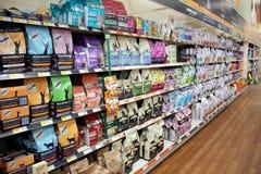 Productos del gato en un supermercado del animal doméstico Fotos de archivo libres de regalías