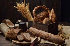 Productos del pan en un surtido a un desayuno rural fotos de archivo