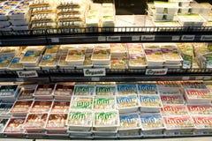 Productos del queso de soja en estantes de una tienda foto de archivo