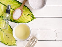 Productos del skincare, aceite del aromatherapy y sal naturales con el SP de la copia Fotografía de archivo