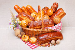 Productos dulces de la panadería en cesta Imagen de archivo libre de regalías