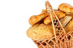 Productos dulces de los pasteles, del pan y de la harina en un aislador de la cesta de mimbre Imágenes de archivo libres de regalías