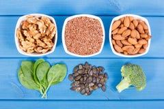 Productos e ingredientes que contienen Omega 3 ácidos y fibras, nutrición sana y concepto ácido de la dieta fotos de archivo libres de regalías