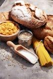 Productos enteros del grano con los carbohidratos complejos imagen de archivo