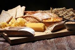 Productos enteros del grano con los carbohidratos complejos en la tabla foto de archivo