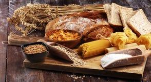 Productos enteros del grano con los carbohidratos complejos en la tabla imágenes de archivo libres de regalías