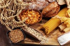 Productos enteros del grano con los carbohidratos complejos en la tabla imagenes de archivo