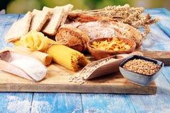 Productos enteros del grano con los carbohidratos complejos en la tabla fotos de archivo