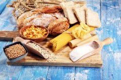 Productos enteros del grano con los carbohidratos complejos en la tabla foto de archivo libre de regalías