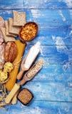 Productos enteros del grano con los carbohidratos complejos en la tabla fotografía de archivo libre de regalías