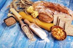 Productos enteros del grano con los carbohidratos complejos en la tabla fotos de archivo libres de regalías