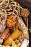 Productos enteros del grano con los carbohidratos complejos en la tabla imagen de archivo