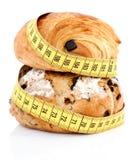 Productos franceses de la panadería con la cinta métrica Imagenes de archivo