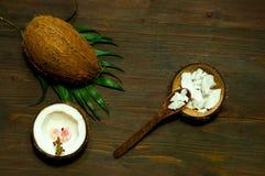 Productos hechos en casa del coco en fondo de madera de la tabla Copie el espacio fotos de archivo