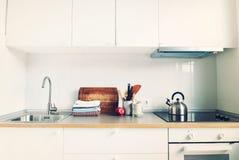 Productos interiores de Apple de los accesorios de la cocina blanca Fotografía de archivo libre de regalías