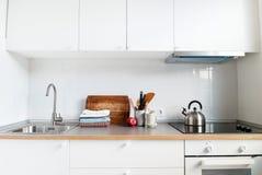 Productos interiores de Apple de los accesorios de la cocina blanca Imágenes de archivo libres de regalías