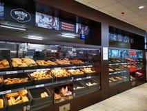 Productos interiores de la panadería de Lidl en escaparate fotografía de archivo libre de regalías