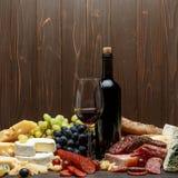 Productos italianos tradicionales con la salchicha, el prosciutto, el queso y el vino del salami Fotos de archivo libres de regalías
