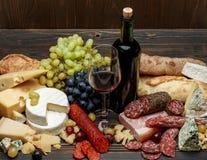 Productos italianos tradicionales con la salchicha, el prosciutto, el queso y el vino del salami Foto de archivo