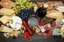 Productos italianos tradicionales con la salchicha, el prosciutto, el queso y el vino del salami Fotografía de archivo