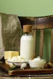 Productos lácteos aún de la vida rústica - requesón, crema agria, queso Foto de archivo