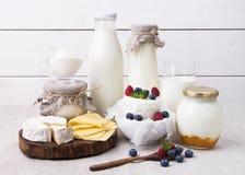 Productos lácteos clasificados para el desayuno y la vida sana fotos de archivo