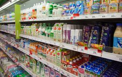 Productos lácteos en estantes del supermercado ruso local imágenes de archivo libres de regalías