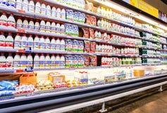 Productos lácteos frescos listos para la venta en el METRO del hipermercado imagen de archivo