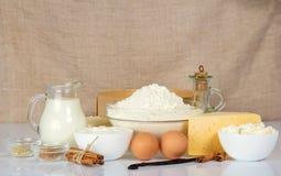 Productos lácteos, harina, huevos, queso y especias imágenes de archivo libres de regalías