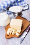 Productos lácteos - mantequilla, leche, crema agria Fotografía de archivo