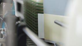 Productos lácteos que etiquetan en la fábrica de la lechería Ciérrese encima de las botellas de leche del embalaje almacen de video