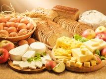 Productos lácteos, huevos, panes y manzanas 2 Imágenes de archivo libres de regalías