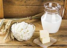 Productos orgánicos: ordeñe, requesón, mantequilla, trigo en un woode Fotografía de archivo libre de regalías