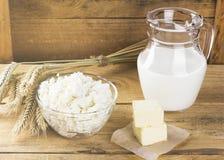 Productos orgánicos: ordeñe, requesón, mantequilla, trigo en un woode Foto de archivo libre de regalías